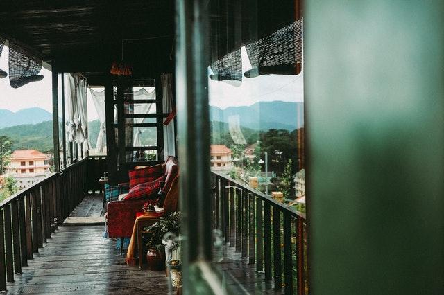 Útulne zariadený balkón.jpg