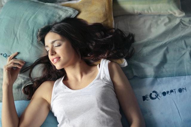 Spiaca žena v posteli, žena ležiaca na posteli, šťastný spánok