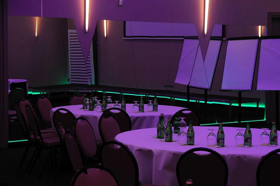 stoly, zelené svetlo